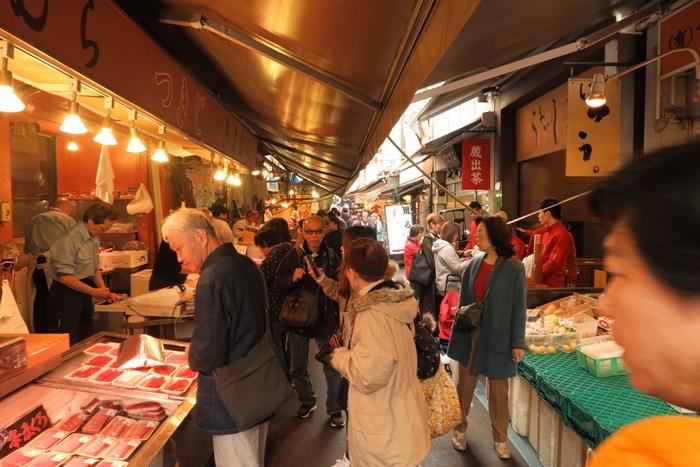 朝市は全国各地で、意外と身近なところで開催されています。例えば東京、丸の内に近いエリアですと、一般向けの築地「場外」市場は早朝から楽しめます。豊洲に移転したのはプロ向けの築地「場内」市場にあたるものなので、私たちはこれまでのように早朝の築地をグルメ散策することができるのです。