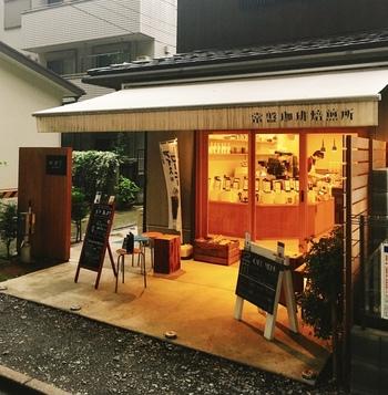 氷川神社に続く氷川参道にあるのが「常盤珈琲焙煎所」。参道の終点あたり、氷川神社の入り口すぐ脇に位置しています。   「常盤珈琲焙煎所」は埼玉県内に5店舗、都内1店舗の合計6店舗を展開。本店は大宮駅前すぐの場所にありますが、立地含めて、この「大宮氷川参道店」はとても魅力的。
