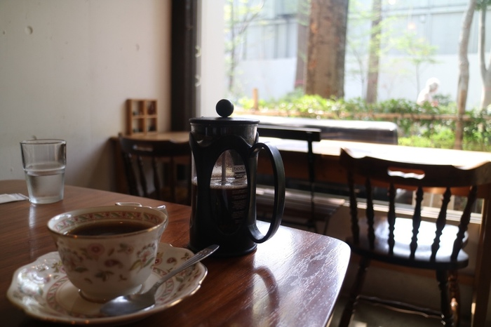 店内でコーヒーをオーダーすると、フレンチプレスでサーブしていただけます。たっぷり2杯ほどは楽しめるので、ブラックで、ミルクを入れて・・・と、いろいろな味わいを楽しめますよ。落ち着いた雰囲気なので、自分のペースで、2杯をゆっくりいただけるのも、嬉しいところ。