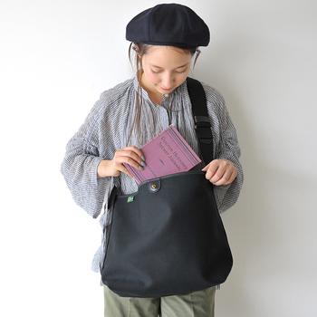 イギリスの老舗ブランド、ブレディのショルダーバッグは、開口部にボタンをひとつアレンジしたシンプルで潔いデザインです。職人さんがひとつひとつ丁寧に仕上げている質の良いバッグです。