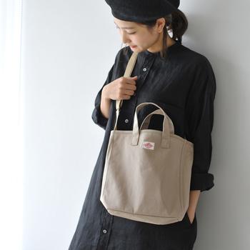 ダントンの2WAYバッグは中が三層に分かれていて、旅のアイテムを仕分けしやすくなっています。ナチュラルな色味なので、お洋服とも合わせやすいですね。