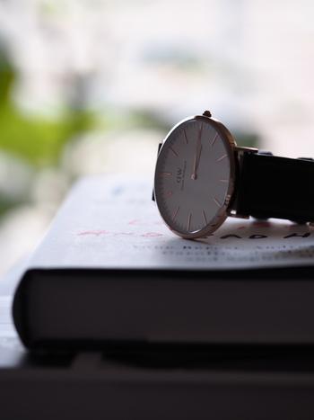 なにげなくつけている腕時計。もうすこしお洒落にフォーカスして、その日のコーディネートにぴったりと似合うものをチョイスしてみませんか?