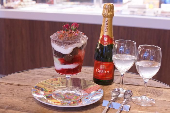 ワインとチョコレートのマリアージュはいかが*「シャポン」のカフェから。 『アムール・ド・パルフェ』は、「カカオニブをかけた濃厚ガートショコラと鮮やかなスミレゼリー、ピスタチオとフランボワーズ、シャポンショコラームース、ハートチップに薔薇を添えたパフェ」(食べログ/みすきすさん)。
