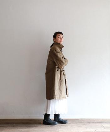 もう少し厚手素材のコートの裾からのぞいた白いフレアスカートが春先の雨でもレディな気分を盛り上げてくれます。フレアスカートはアウターを選ばずきこなすことができるアイテムです。
