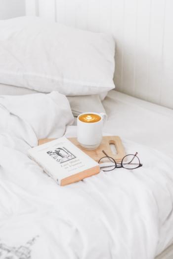 睡眠は心身ともにリラックスするための最高の方法であり、神経系のバランスを保つために欠かせません。春はいつもよりも意識的に睡眠時間を増やすよう心がけましょう。