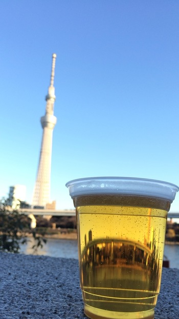 アルコールを片手に大人の休日を過ごすのもおすすめ。開放感のある川沿いで飲むビールは、まさに至福の一杯ですね。