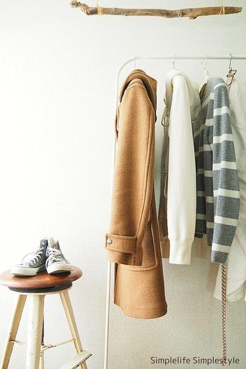 クローゼットの中でかさばりやすいアウターや、出番の多いシャツやデニムなどのベーシクアイテムは、「ハンガーラック」を使って「見せる収納」に変えると、出し入れがしやすくなり便利です。