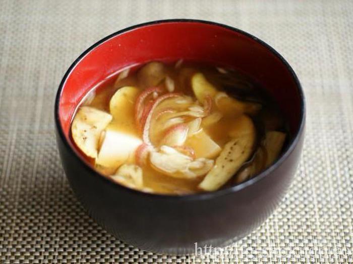 こちらは「米味噌」を使った味噌汁のレシピです。なす、ミョウガ、豆腐の組み合わせ。煮干しのだしを効かせています。あっさり味で夏におすすめの一品♪