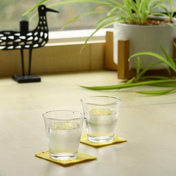 吸水性抜群のスポンジワイプは、コースターとしても優秀。しっかり水を吸ってくれるので、机の上に水溜まりができる心配もありません。コースター用の小さいサイズなら、乾燥して少しデコボコしてしまっても、グラスで押さえられているので問題なしです。