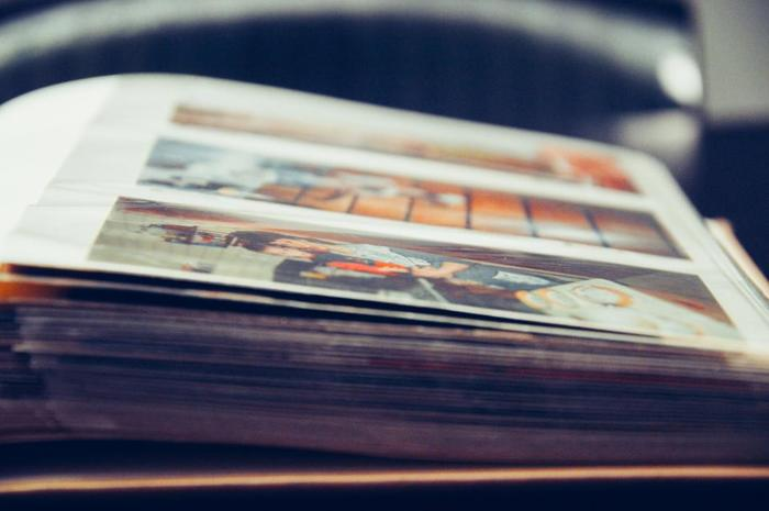 数あるアルバムの中には、受け継いでいるような古くて大きいアルバムなどもあるかと思います。 そういったアルバムをお気に入りのアルバムに替えるとなると、お金も手間もかかってしまい、意外と大変。かと言って、見た目がちょっと…そんな時には、扉のある収納棚にアルバムを収納するというのはいかがでしょう!いつでも手に取れる場所にありつつ、隠して収納しておけば、見た目にもスッキリです。