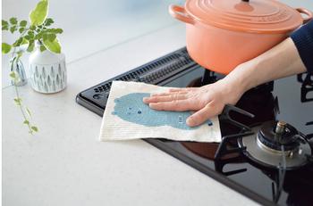 スポンジワイプに使われている「セルロース」は油に強く、コンロ周りの油汚れも、ひと拭きできれいにできますよ。水で洗えばベタベタすることもないので、繰り返し使えます。