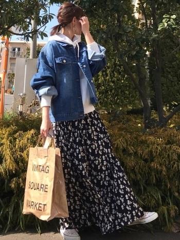オーバーサイズのデニムジャケットは、メンズライクなカジュアル感が可愛い。スカートと合わせて女性らしさをプラスすれば、絶妙なバランスコーデに仕上がります。