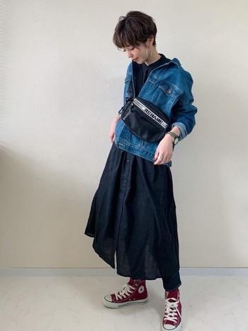 オーバーサイズのデニムジャケットは、ちょっぴり着崩してもカッコイイ!こなれ感のあるワンランク上のトレンドスタイルに挑戦してみましょう。