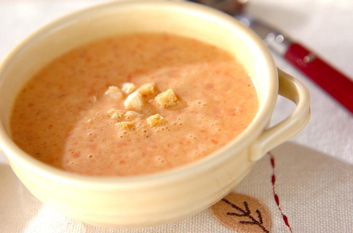 パプリカを焼き網で焼いてから皮をむくひと手間がありますが、あとは材料をミキサーに入れて撹拌するだけ。 くせのないパプリカの優しい甘みが存分に味わえるスープです。