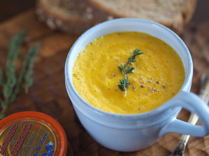 ごくごくと飲んでしまう、にんじんカプチーノスープ。豆乳を入れて具材をミキサーにかけることで、ふわっふわに♪食べているかのような濃厚さが美味しさのポイントです。 にんじんたまねぎを炒める際に塩を加えると早くしんなりするのだとか。