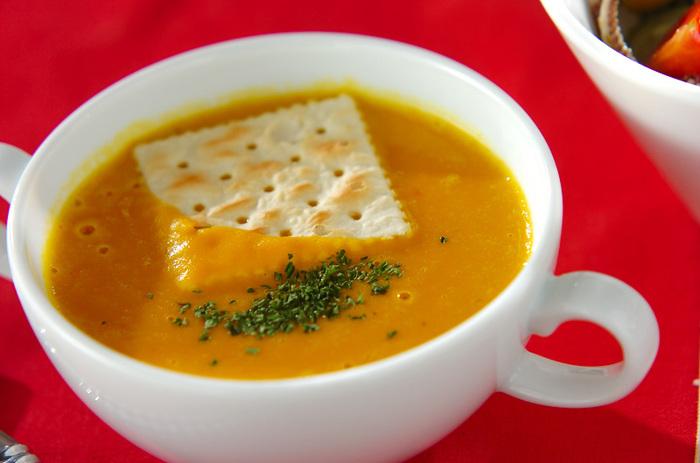 鮮やかなオレンジ色のかぼちゃのポタージュ。かぼちゃは、βカロテンや食物繊維、ビタミン類など栄養が豊富。 まるでスイーツのような甘さは、疲れた心をじんわり癒やしてくれるはず♪