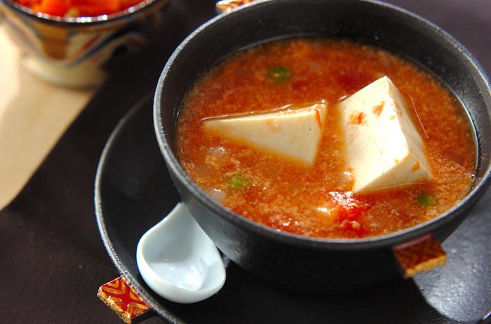 トマトの水煮と牛乳を使ったスープは、コクがありながらあっさりとした味わいです。 つるんとした絹豆腐と一緒に、いくらでも食べられてしまいそう。