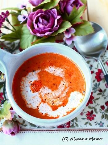 スーパーで手に入る食材だけで作った海老のビスク。 まろやかで濃厚な生クリームベースのスープに、海老のだしきいて深みのある味わいに。鮮やかなオレンジも食欲をそそります。