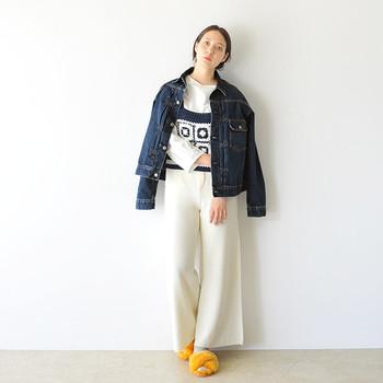 「オーバーサイズのデニムジャケット×ワイドパンツ」のゆったりとしたサイズ感で作るトレンドコーデ。足元のファーサンダルのイエローがアクセントになっています。