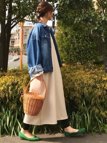 長めの袖は少しロールアップして抜け感を。ワンピースにカゴバック、パンプス…春のアイテムをたくさん取り入れた季節感のあるコーデが素敵です。