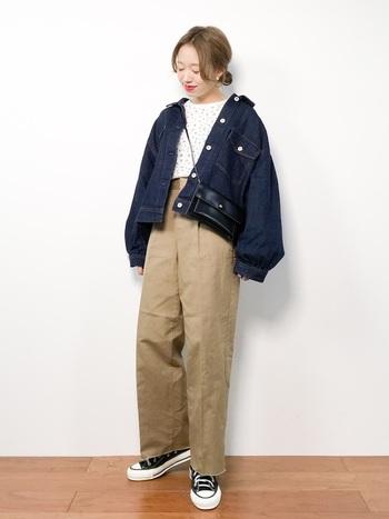 デイリーに着こなしたいオーバーサイズのデニムジャケットを使ったカジュアルコーデなら、ハイウエストパンツで今年らしさを。