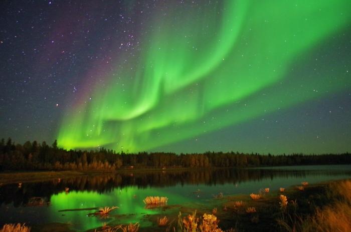 カナダ北西部に位置するイエローナイフは、北極圏に近く、冬の天候が安定していること、またオーロラベルトの真下にあることから、世界屈指のオーロラ遭遇率を誇ります。