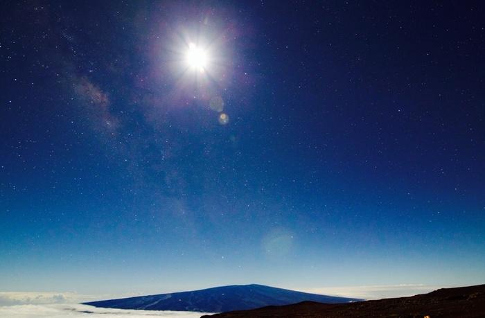 山頂付近は晴天率が高く1年の90%は観測可能なので、季節を問わず、星空を満喫することができます。  朝・夕は雲海もきれいに見える場所なので、日が沈んでから昇るまで、一晩中満喫することができますよ。