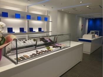 青と白を基調とし、情熱的なチョコレートのイメージを楽しく裏切るcoolな店内。 ※イートイン4席あり。