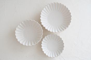 中坊優香さんの花型皿は、白釉の上品な雰囲気が魅力。マットな質感で、さらさらとした手触りが気持ちの良い作品です。花びらの細やかさや均一さがなんとも美しく、うっとりとしてしまいます。