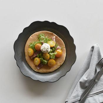 お客様に見た目から楽しんでいただくために、印象的な花型皿を取り入れるカフェや飲食店も多いです。素敵なお皿でお料理が提供されると嬉しいですし、思い出にも残りやすいですよね。その嬉しさを、ぜひ日頃から味わってみてください。