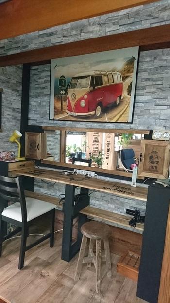 カラーボックスを壁に対して縦に置き、天板を渡したドレッサーアイデアです。  天板が長い場合は、真ん中に支柱を入れると強度も高くなります。  市販の鏡も木枠を付けるだけで、雰囲気が変わります。