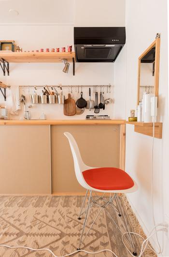 飾り棚を台座代わりしてナイスなアイデア♪ この方法なら、ドレッサーを置くスペースがないというお部屋でも実現できそう。  奥行きがないので、狭いお部屋でもすっきり置けますね。