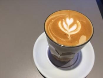 筆者のおすすめは、濃いめの味わいを楽しめるカフェラテ。ミルクとのバランスが絶妙で、コーヒーのビターな味わいを堪能できます。コーヒー好きさんも大満足な一杯です。