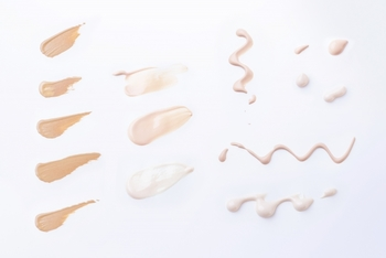ファンデーションにパウダーやクリーム、リキッドタイプがあるようにコンシーラーにもいくつか種類があります。お肌の悩みによって使用するコンシーラーも変わってきます。タイプ別に、ひとつずつみていきましょう。