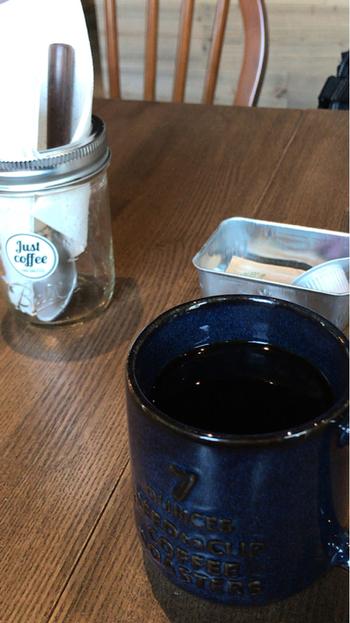 いただけるのは、自社や提携先の焙煎工場で丁寧にローストされたものを使用したこだわりのコーヒー。  オーダーごとにハンドドリップで淹れた珈琲が、テーブルまで運ばれてきます。  他のメニューも充実していて、色んなシロップを楽しめる、フレーバー豊かなオレなども。甘めの一杯で疲れを癒したい・・・といった気分の時にもおススメですよ。