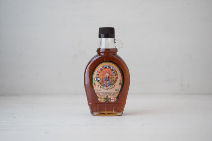 """「メープルシロップ」は、サトウかえでの樹液を濃縮したもの。カナダ産が有名ですよね。砂糖や蜂蜜に比べて低カロリーでカルシウムや鉄分、ビタミンB1、ミネラルを豊富に含んでいます。""""メープルシロップ風味""""というシロップもよく売られているのですが、そちらは砂糖が使われているので、ヘルシーなおやつ作りには「100%天然のメープルシロップ」を選びましょう。"""