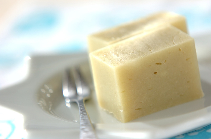 素朴な佇まいが美しい、メープルシロップとサツマイモの甘みが美味しいようかん。お子様にも高齢の方にも喜ばれるおやつです。こちらは卵・乳製品・小麦粉不使用なので、アレルギーをお持ちの方にもおすすめです。