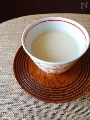 """昔から日本で愛されている飲み物「甘酒」は、""""飲む点滴""""とも言われ、ビタミンB群や葉酸、食物繊維などの栄養をたくさん含んでいます。お米を麹で分解してつくる糖の甘みは身体に優しく、マクロビオティックのお料理でもよく使われています。"""