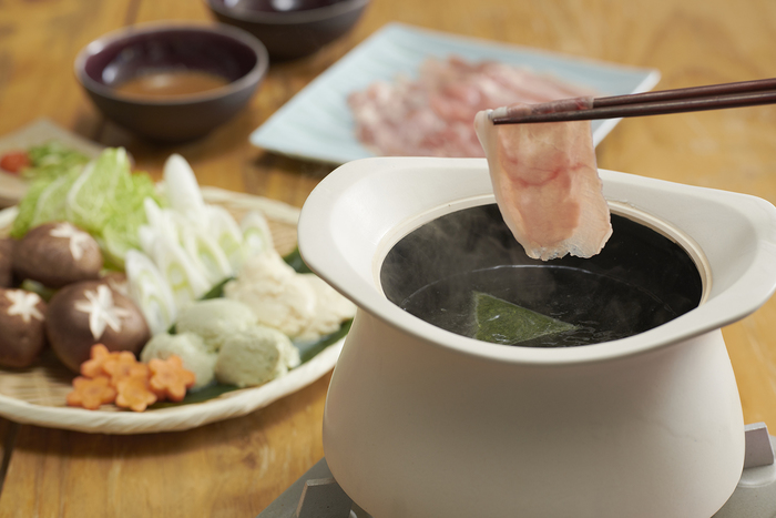 お鍋に使っても良いのが土鍋の魅力。お茶でしゃぶしゃぶを楽しむレシピです。おもてなしの一品にも良さそう。