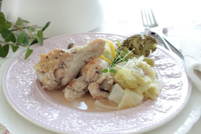 鶏肉に焼き色を付けたら、キャベツをお鍋ぎゅうぎゅうに押し込んでつくる煮物です。キャベツの甘みと鶏肉の旨みがギュッと凝集された洋風の煮物です。