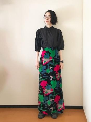 多彩なカラーリングのロングスカート。トップスはシンプルに、スカートを際立たせるのがポイントです。