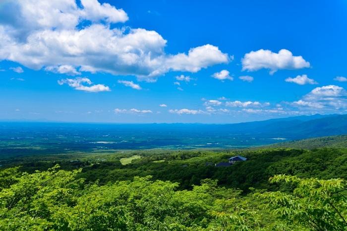 """標高1,048mに位置する「那須高原展望台」は、昼の晴天時には、八溝山系も見渡せる大パノラマが広がる絶景スポット。 昼の景色とは一転、夜は夜景がとても美しく、平成22年6月には、全国で100番目として""""恋人の聖地""""に登録された場所でもあります。"""