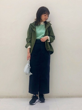 大人っぽい雰囲気を演出したい時には、シャープなシルエットの「タイトスカート」がおすすめです。ロングスカートですっきりとしたIラインをつくることで、よりスタイリッシュで洗練された印象に。カーキ×ブラックのシックな配色もおしゃれな雰囲気です。