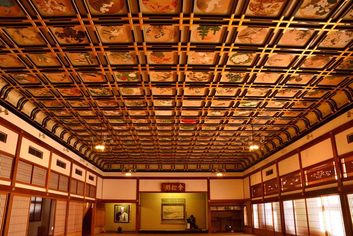 「傘松閣(さんしょうかく)」の天井画も、必ず見ておきたい箇所。144名の著名な画家たちが手がけた作品の集合体で、それぞれに味わいが異なります。時間が経つのを忘れてしまいそう!