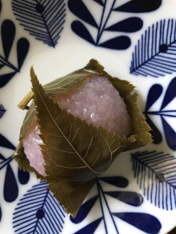 桜の季節を彩る「桜餅」も絶品! はんなりと桜色に染められた道明寺はモチモチとした食感。 小豆餡は甘さ控えめのこし餡です。  桜葉の塩気とはんなりとした甘みが絶妙な「桜餅」です。