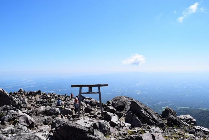 山頂駅から茶臼岳頂上までは歩いて約50分。頂上からは天気が良い日には、磐梯山、日光連山、関東平野、筑波山などが望め、360度の大パノラマが広がります。