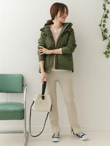 カジュアルな雰囲気が可愛い「ワッフルパンツ」は、この春注目のトレンドアイテムです。ニット×マウンテンパーカーの定番スタイルも、旬のワッフルパンツ投入で今年らしい印象に。細身のシルエットで裾スリットのデザインなら、ワンピースとのレイヤードスタイルも楽しめますよ◎。