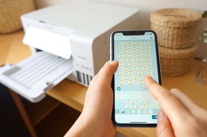 やり方は無料の提携アプリ『Epson Creative Print』から好きな柄を選ぶだけで完了です。柄の大きさや色の濃淡までアプリ上で調節できるので、自分好みのデザインを簡単に作ることができます。