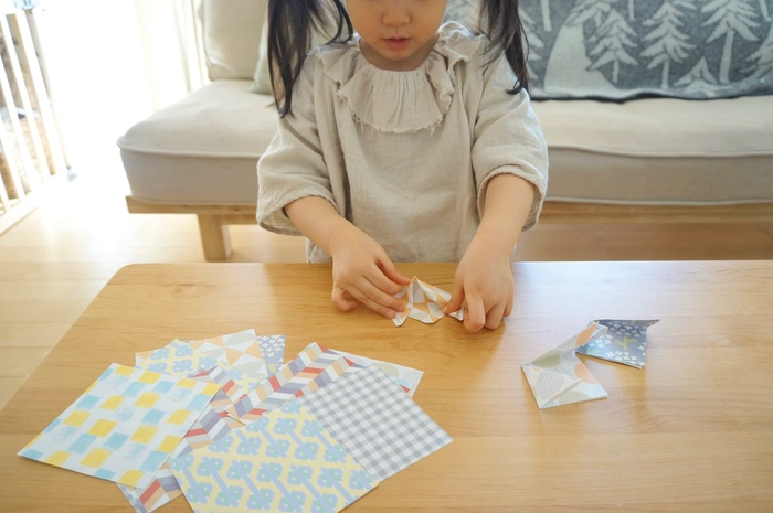 子供用の折り紙としても大活躍。どんな柄も1枚から印刷できるため、思う存分遊ばせることができます。たくさんのデザインを見ながら「次はどの折り紙で遊ぶ?」「この柄もかわいいね」と選ぶ楽しみも。