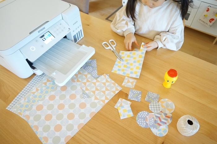 デザインペーパーは折り紙代わりにするだけでなく、ハンドクラフトの材料としても使えます。エプソンが運営しているサイト「ギャラリー」に掲載されているたくさんのアイディアの中から、ユウキさんは「娘と一緒に作れるように」と比較的易しく作れるペーパーモビール作成に挑戦してみました。